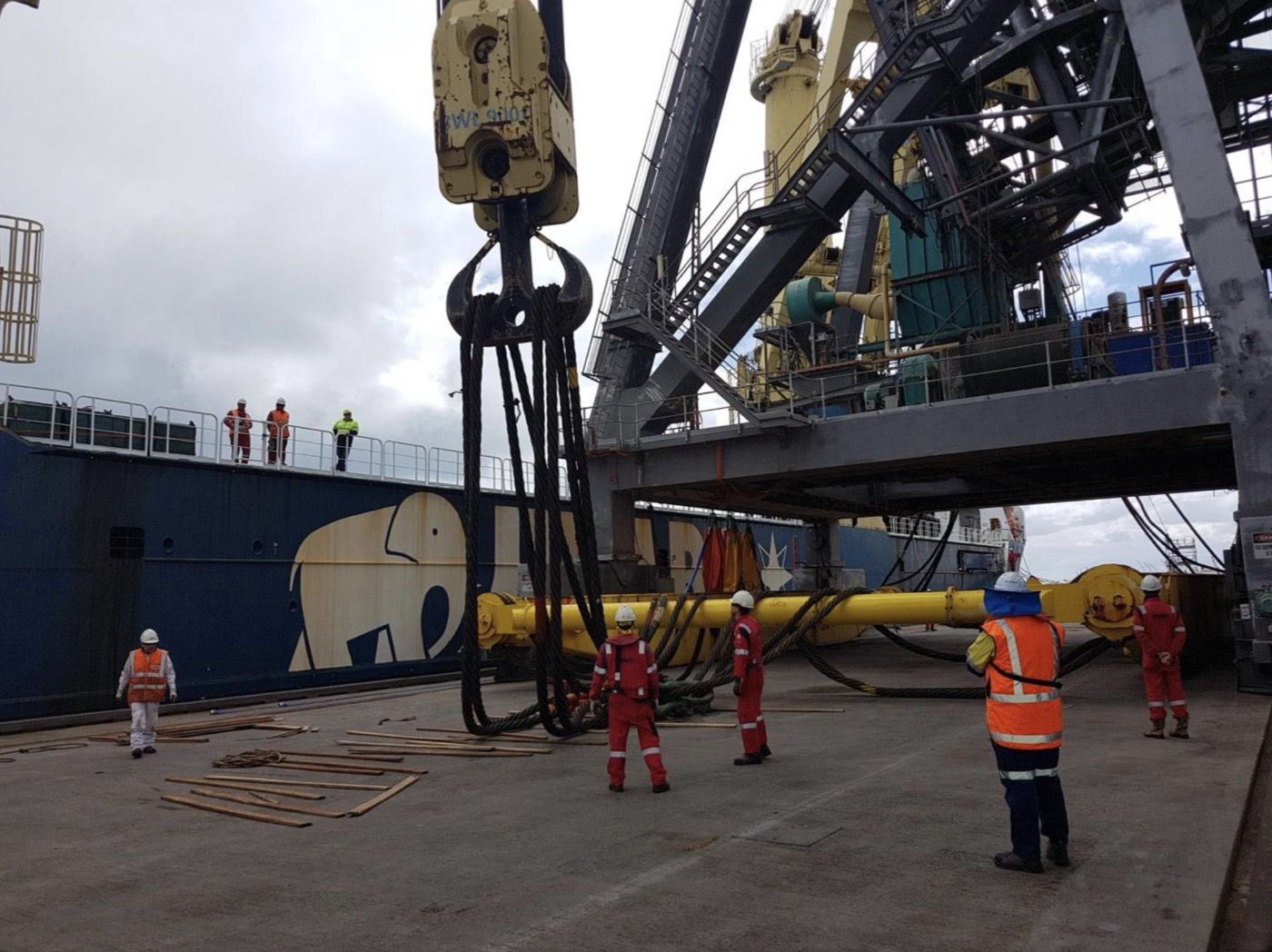 7-fremantle-port-crane-removal@2x